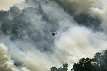 Le Liban bataille pour la troisième journée contre de gigantesques feux de forêt)