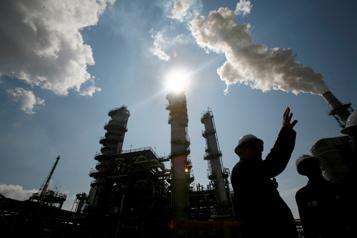 Le pétrole profite du dollar faible, se rapproche de ses plus hauts)