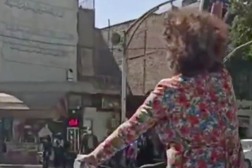 Iran: une jeune femme arrêtée pour ne pas avoir porté le voile sur la voie publique)
