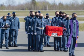 Hommage à Jennifer Casey, membre des Snowbirds tuée dans un accident)