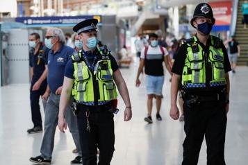 Le Royaume-Uni déconfiné Explosion des cas contacts : les entreprises sonnent l'alarme)