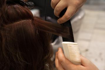 Inde Un salon de coiffure doit payer 340000dollars pour une coupe ratée )