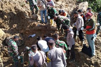 Indonésie Un glissement de terrain fait trois morts et plusieurs disparus)