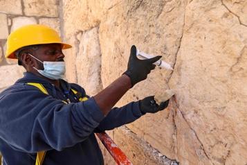 Pâque juive Début de l'entretien biannuel du Mur des Lamentations, à Jérusalem)