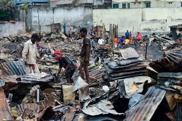 Bangladesh: un incendie dans un bidonville jette 10000 personnes à la rue