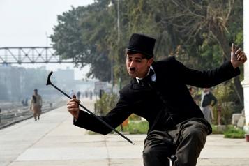 Un Charlot pakistanais tente de faire oublier la pandémie)