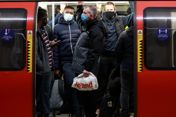 En Angleterre, une personne sur huit a eu la COVID-19)