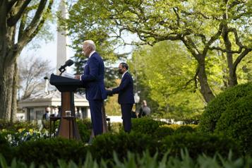 Biden et le PM japonais promettent d'affronter les «défis» chinois)