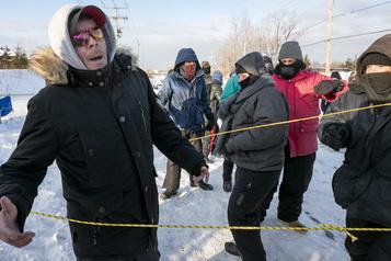 Les manifestants de Saint-Lambert persistent, un homme les confronte
