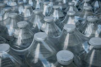 Microplastiques dans l'eau potable: risques faibles pour la santé, dit l'OMS
