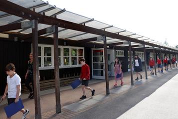 Royaume-Uni: les écoles rouvrent sous un feu nourri de critiques)
