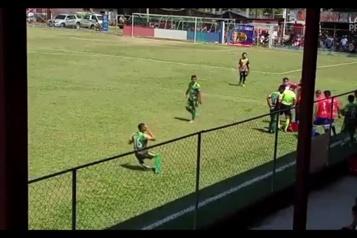 Soccer Il s'écroule après le jet d'une peau d'orange)