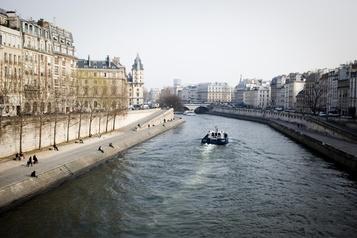 Paris Une voiture tombe dans la Seine, trois personnes en arrêt cardiaque)