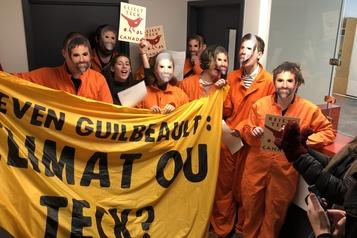 Les bureaux de Steven Guilbeault occupés par des manifestants