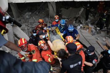 Chine La police procède à huit arrestations après une explosion au gaz ayant fait 25morts)
