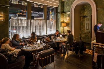 Les restaurants new-yorkais finalement autorisés à servir à l'intérieur)