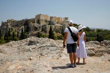 Les touristes refoulés de l'Acropole pour cause de canicule)
