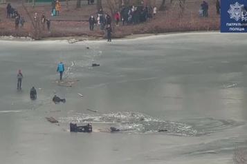 Quatre personnes sauvées de l'eau glacée en Ukraine)