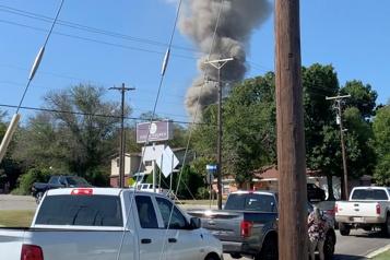 Texas Un avion militaire s'écrase sur une zone résidentielle)