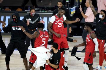 Une victoire emballante des Raptors)