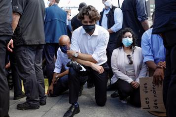Justin Trudeau s'agenouille à une manifestation contre le racisme)