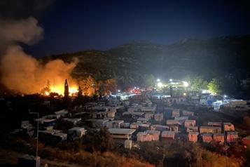 Incendie sous contrôle dans un camp de migrants sur l'île grecque de Samos)