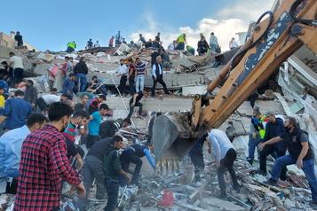 Un puissant séisme secoue la Turquie et la Grèce)