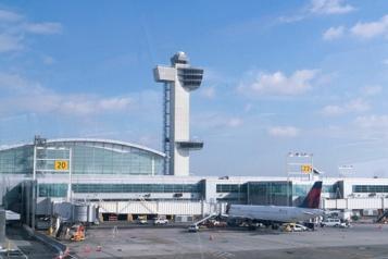 New York Coincé par la douane à l'aéroport avec 35pinsons vivants sur lui)