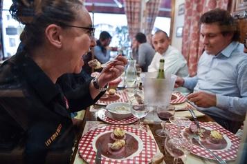 Les bouchons lyonnais ressuscitent la tradition du mâchon)