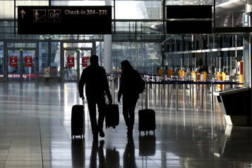 Tests de dépistage Des centaines de voyageurs ratent leur vol)