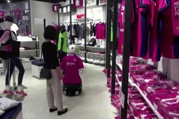 COVID-19 Japon : un robot rappelle aux clients de porter un masque)