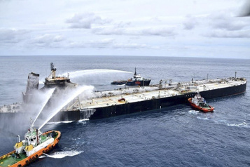 L'incendie reprend sur le pétrolier New Diamond au large du Sri Lanka)