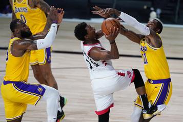 Kyle Lowry aide les Raptors à vaincre les Lakers)