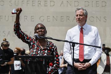Le maire de New York hué à une cérémonie pour George Floyd)