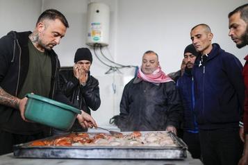 Un chef enseigne l'art des pâtes à des prisonniers