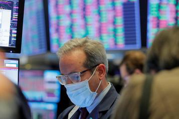 À Wall Street, le Dow Jones s'enfonce encore plus dans le rouge