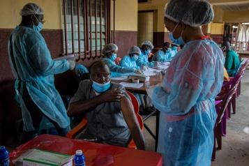 Au chevet des malades d'Ebola, les soignants visent le risque zéro)