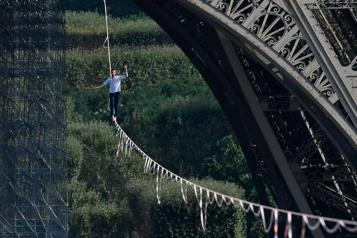 Paris Un funambule relie la Tour Eiffel au théâtre de Chaillot)