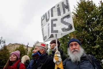 Russie L'opposition manifeste contre des fraudes «colossales» aux élections)