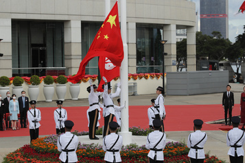 En dépit des critiques, Pékin renforce son emprise sur HongKong)