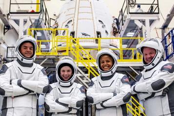 SpaceX Les touristes spatiaux passent leur premier jour en orbite)