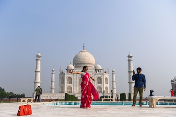 Le Taj Mahal rouvre malgré la flambée du virus)