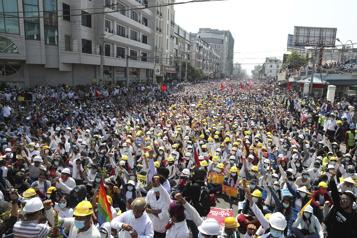 Birmanie Des centaines de milliers de manifestants, malgré les menaces de la junte)