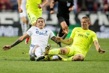 COVID-19: un club de foot européen en faillite, 17joueurs licenciés