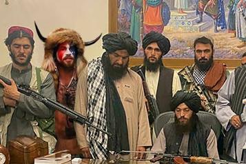 Les talibans envahissent le palais présidentiel)