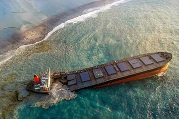 Le navire échoué sur les côtes de l'île Maurice sur le point de se briser)