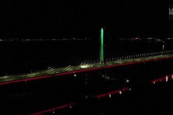 Le pont Samuel-DeChamplain s'illumine aux couleurs du drapeau libanais)