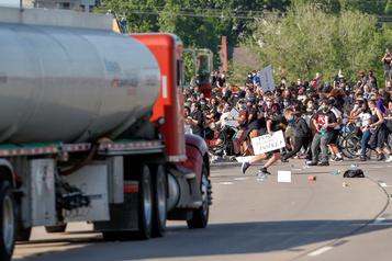 Un camion fonce sur des manifestants à Minneapolis, son chauffeur arrêté)