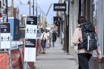 Des rues commerciales tranquilles à Montréal)