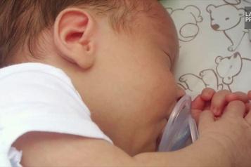 Combien d'heures de sommeil perdent les nouveaux parents?